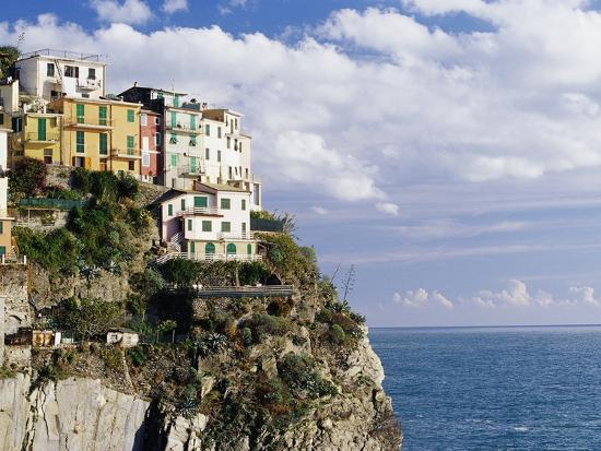 john-lisa-merrill-houses-on-sea-cliff-in-manarola
