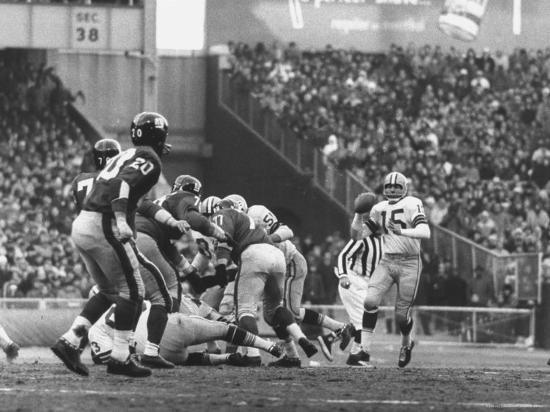 john-loengard-ny-giants-in-dark-jerseys-in-a-football-game-against-the-green-bay-packers-at-yankee-stadium