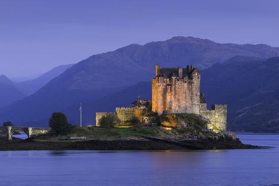 john-woodworth-eilean-donan-castle-floodlit-at-night-on-loch-duich-scotland-united-kingdom