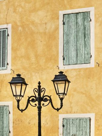jonathan-hicks-street-light-and-typical-provencal-architecture-in-orange