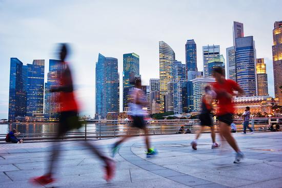 joyfull-people-runing-in-the-evening-in-singapore