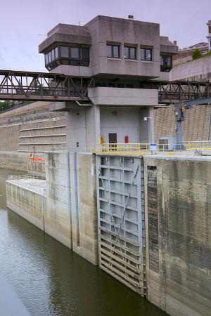 jrferrermn-lock-and-dam-control-tower-and-gate