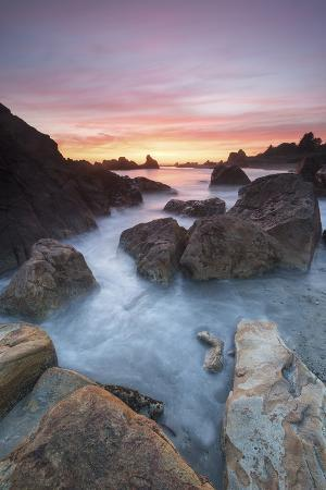 judith-zimmerman-oregon-sunset-and-incoming-tide-at-harris-beach-state-park-rocks-at-arch