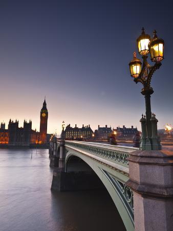 julian-elliott-looking-across-the-river-thames-towards-the-houses-of-parliament-and-westminster-bridge-london-en