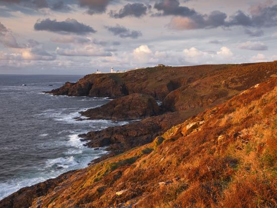 julian-elliott-looking-towards-pendeen-lighthouse-and-watch-on-the-cornish-coastline-cornwall-england-uk