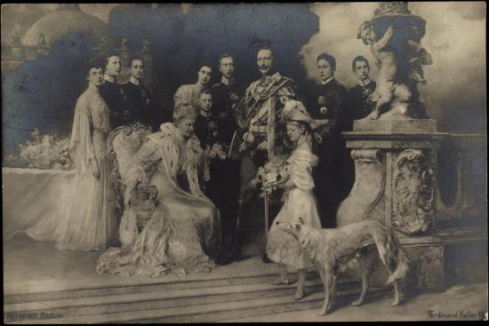 kaiserin-und-kaiser-wilhelm-ii-mit-familie-windhund