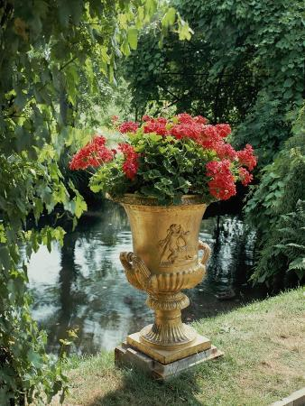 karl-friedrich-schinkel-flower-vase-in-the-courtyard-of-charlottenhof-palace