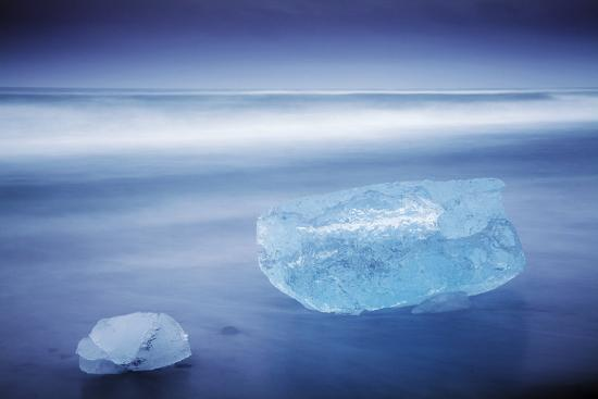 katie-garrod-iceland-jokulsarlon-frozen-icebergs-washed-up-on-the-black-beach-at-jokulsarlon