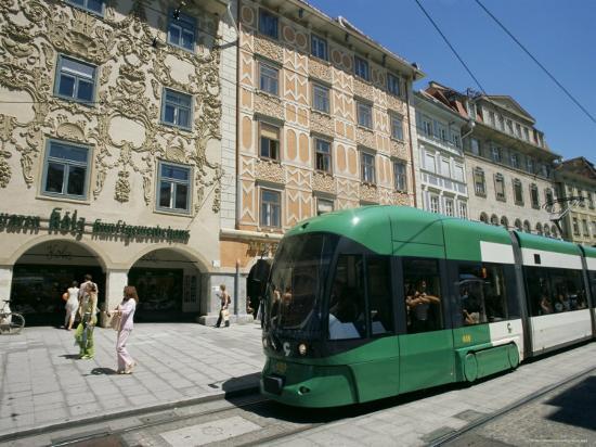 ken-gillham-trams-run-along-herrengasse-stop-at-hauptplatz-in-main-street-of-old-town-graz-styria-austria