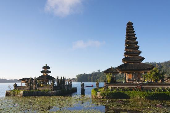 keren-su-pura-ulun-danu-bratan-water-temple-bali-island-indonesia