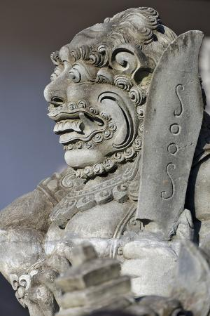 keren-su-stone-statue-at-entrance-of-tanah-lot-bali-island-indonesia