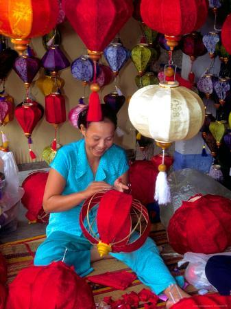 keren-su-woman-making-lanterns-saigon-vietnam