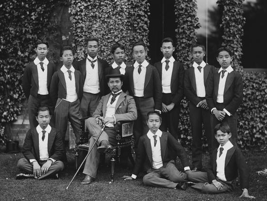 king-chulalongkorn-with-students