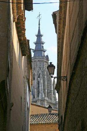 kymri-wilt-spain-toledo-cathedral-steeple-and-streetlight