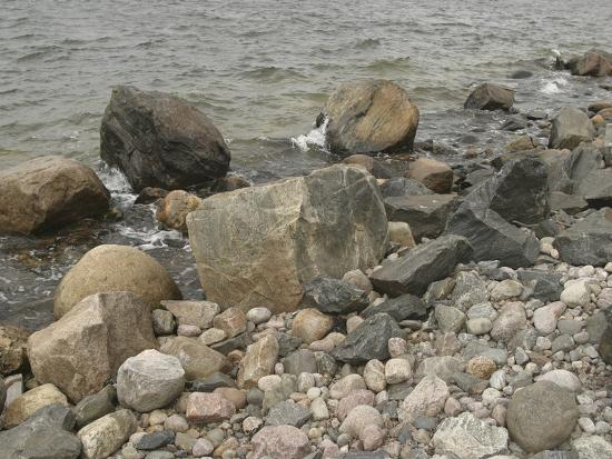 large-and-small-rocks-on-the-shore-with-water-splashing
