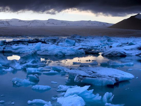 lee-frost-blue-icebergs-floating-on-the-jokulsarlon-glacial-lagoon-at-sunset-south-iceland-iceland