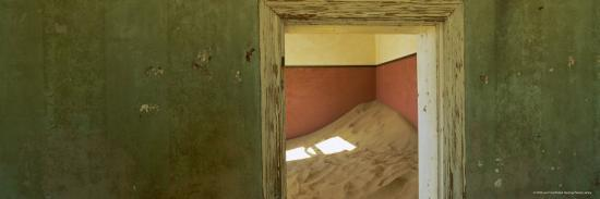 lee-frost-interior-of-german-house-in-the-deserted-mining-town-of-kolmanskop