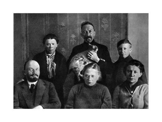 lenin-with-members-of-his-family-in-the-kremlin-moscow-russia-autumn-1920