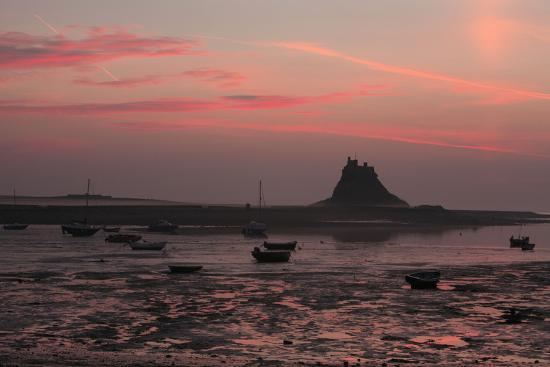 lindisfarne-castle-at-dawn-over-harbour
