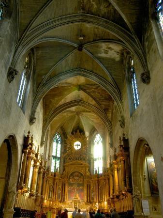 lisa-s-engelbrecht-gothic-interior-of-st-pierre-church-avignon-provence-france