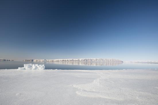louise-murray-hunting-blind-made-from-ice-blocks-at-the-floe-edge