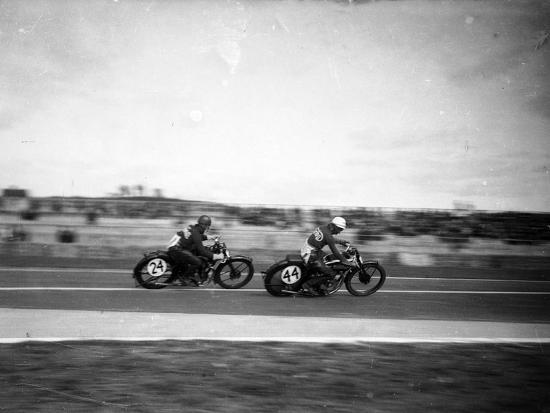 luigi-leoni-road-cycling-world-championships-1932-scene-of-race-bikes