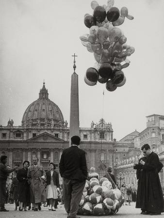 luigi-leoni-sale-of-balloons-in-front-of-st-peter-s-basilica-at-the-vatican