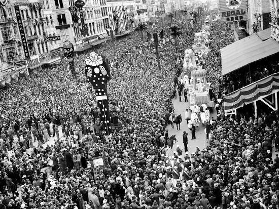 mardi-gras-revelers-gather-at-canal-street
