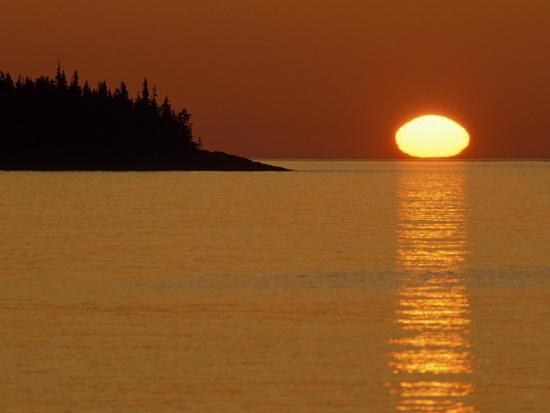 mark-carlson-spring-sunrise-silhouettes-edwards-island-and-reflects-light-on-lake-superior