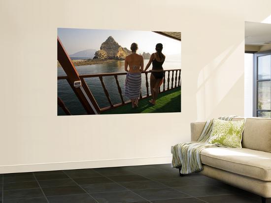 mark-daffey-dive-boat-passengers-looking-towards-red-island-jazirat-hamra