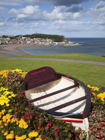 mark-sunderland-rowing-boat-and-flower-display-south-cliff-gardens-scarborough-north-yorkshire-england