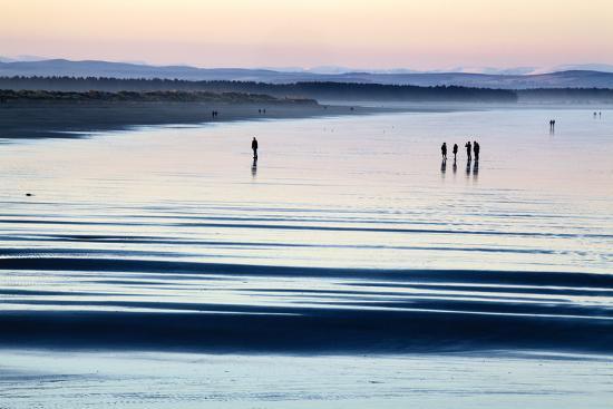 mark-sunderland-silhouetted-figures-on-the-west-sands-at-dusk-st-andrews-fife-scotland-united-kingdom-europe