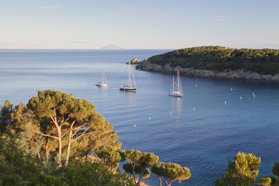 markus-lange-sailing-boats-in-the-bay-of-fetovaia-at-sunset-island-of-elba-livorno-province-tuscany-italy