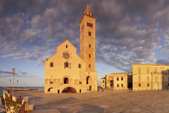 markus-lange-san-nicola-pellegrino-cathedral-at-sunset-piazza-del-duomo-trani