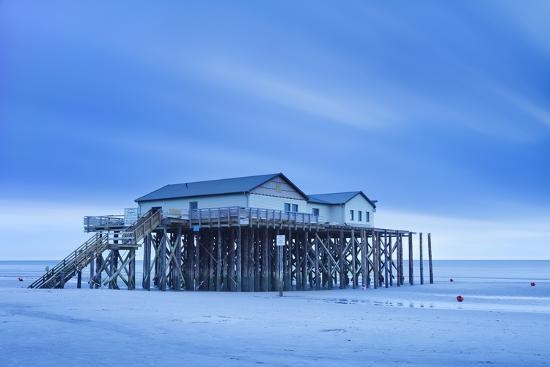 markus-lange-stilt-house-on-a-beach