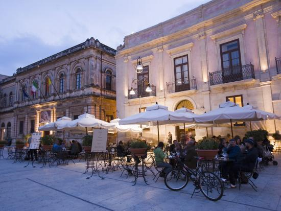 martin-child-cafe-in-the-evening-piazza-duomo-ortygia-syracuse-sicily-italy-europe