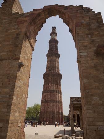 martin-child-qutb-minar-through-arch-qutb-complex-delhi-india-asia