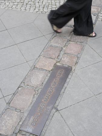martin-child-site-of-the-berlin-wall-street-berlin-germany-europe