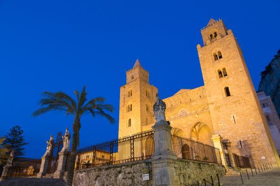 martin-child-the-facade-of-the-norman-cathedral-of-cefalu-illuminated-at-night-sicily-italy-europe