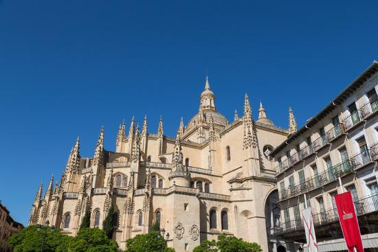 martin-child-the-imposing-gothic-cathedral-of-segovia-from-plaza-mayor-segovia-castilla-y-leon-spain-europe