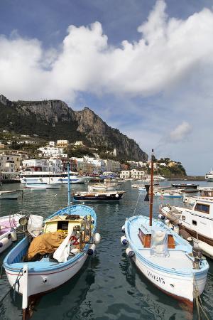 martin-child-traditional-fishing-boats-in-marina-grande-in-capri-campania-italy-mediterranean-europe