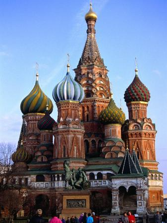 martin-moos-people-outside-st-basil-s-cathedral-moscow-russia