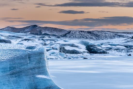 martin-zwick-svinafellsjoekull-glacier-in-vatnajokull-during-winter-glacier-front-and-the-frozen-glacial-lake