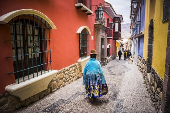 matthew-williams-ellis-chollita-on-calle-jaen-a-colourful-colonial-cobbled-street-in-la-paz-la-paz-department-bolivia