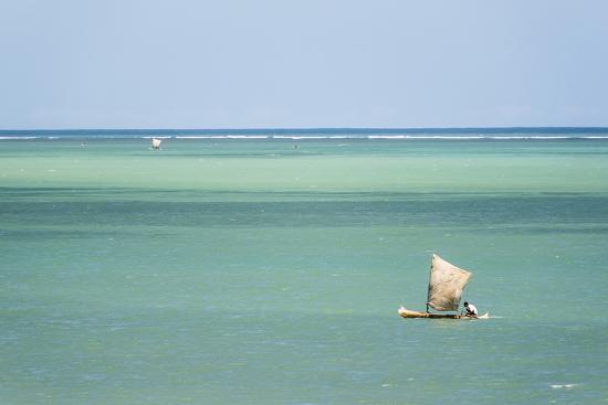 matthew-williams-ellis-fisherman-fishing-from-a-pirogue-a-traditional-madagascar-sailing-boat-ifaty-madagascar-africa