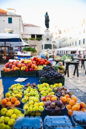 matthew-williams-ellis-fresh-fruit-stalls-and-statue-of-ivan-gundulic