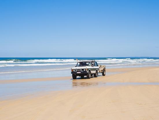 matthew-williams-ellis-tourists-on-75-mile-beach-self-drive-4x4-tour-of-fraser-is-unesco-world-heritage-site-australia