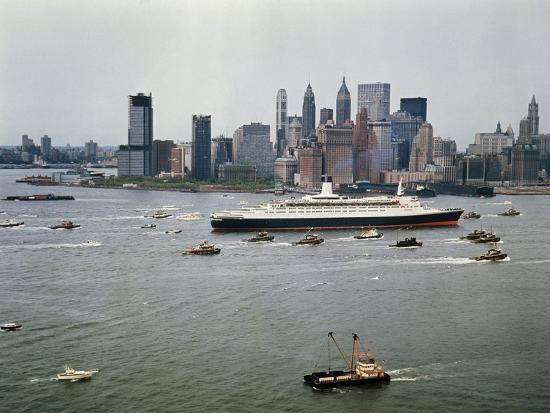 maurel-queen-elizabeth-2-sailing-out-of-new-york-harbor