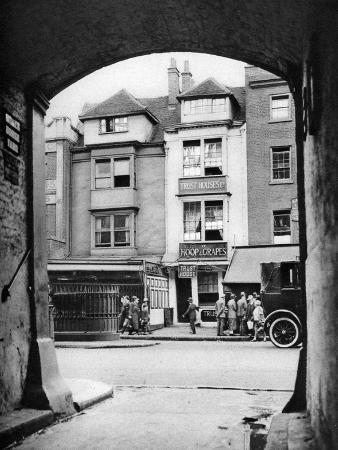 mcleish-old-house-and-a-tavern-surviving-in-aldgate-london-1926-1927