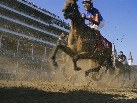 melissa-farlow-close-action-shot-of-horses-racing-in-the-kentucky-derby
